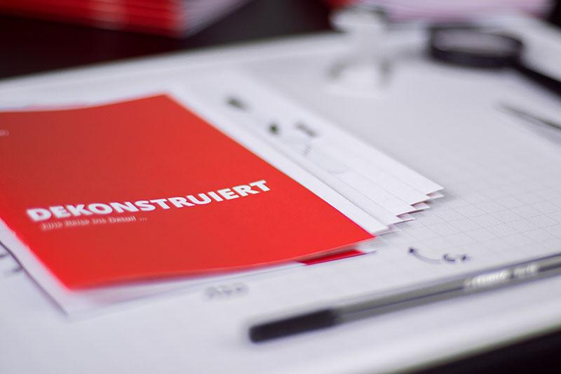 Das Cover von _Dekonstruiert_ auf der Arbeitsfläche.